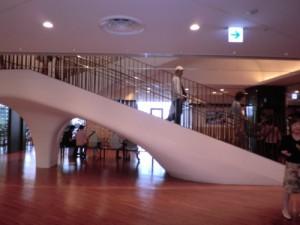 階段の白いハイヒール